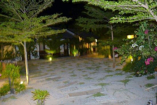 BuBu Villa: patio donnant accès aux chalets