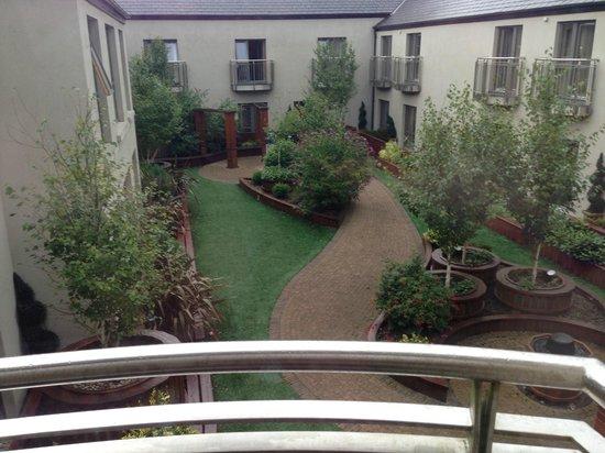 Westport Plaza Hotel : Lovely gardens