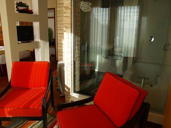 Hotel Rosario Lago Titicaca : Seating area and bathroom