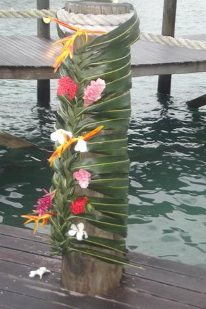 Sinalei Reef Resort & Spa: Coconut leaves with the native flowers