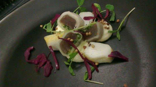Restaurant Au Gout Du Jour : Seiche basse temperature,maki de chou rave thon et condiment persil, chevre frais fume