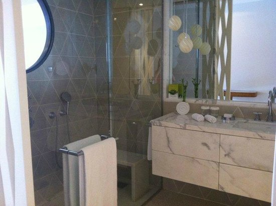 Monte-Carlo Beach: Room Bathroom - Shower window?!
