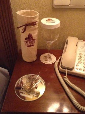 Leopolis Hotel: chocolatinho ganho todas as noites, embalagem da garrafa de agua mineral