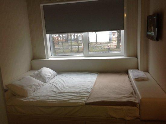 IQ Hotel : кровать возле окна с видом на детский садик