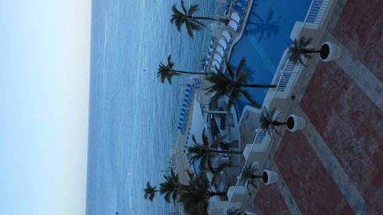 Cozumel Palace: view of pool from our 5th fl room