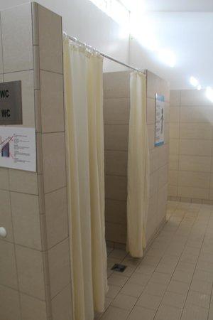 Myvatn Nature Baths (Jardbodin vid Myvatn): Some shower with curtain