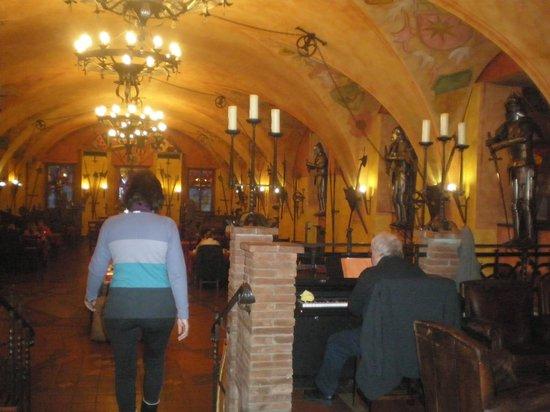 Hotel Kampa-Stara Zbrojnice : Restaurant and piano man