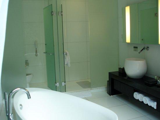 Padma Hotel Bandung: Bathroom suite
