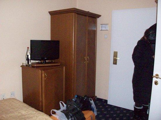 Hotel Kampa-Stara Zbrojnice : Room closet ,tv and fridge