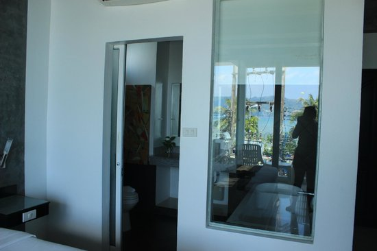 The Front Hotel and Apartments: Ocean view room Bathroom