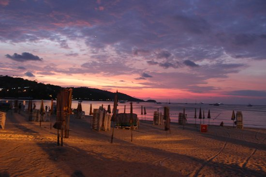 The Front Hotel and Apartments: Night at Patong