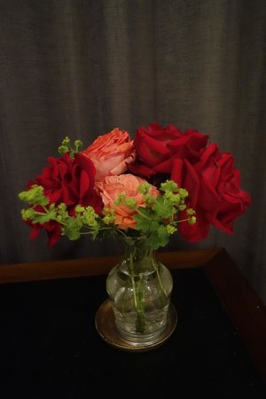 Heartland Lodge: Roses at the desk