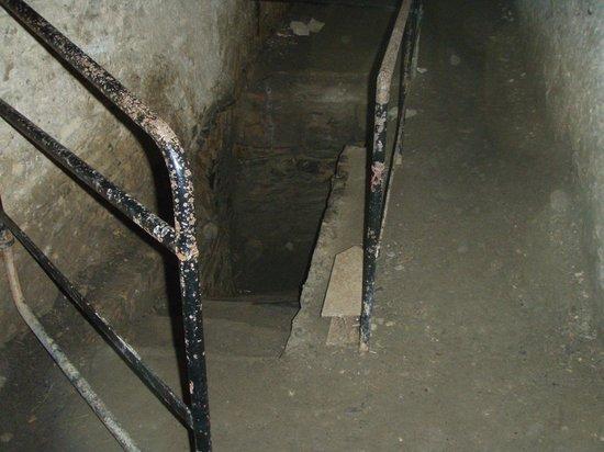 Schloss Rheinfels: a dark passage with a railing at the entrance.