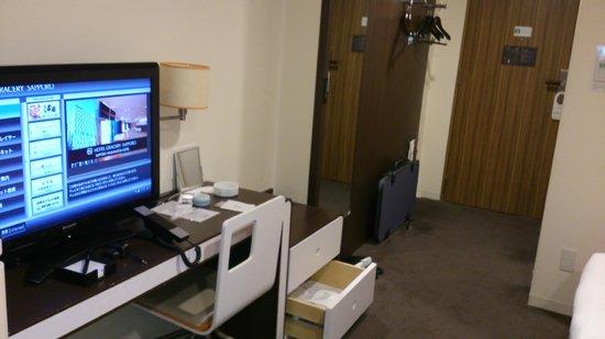 Hotel Gracery Sapporo: 窓際のソファから室内を見渡す