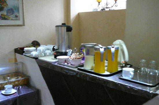 Acropolis Museum Boutique Hotel: Сок (разбавленный), молоко, чай и кофе. Но сок можно выдавить самому.