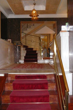 Acropolis Museum Boutique Hotel: Холл гостиницы. Справа стойка рецепшена.