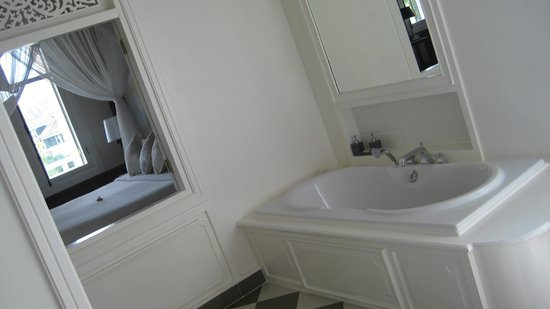 The Luang Say Residence : bathroom with window