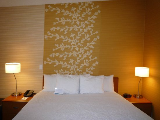 Fairfield Inn & Suites by Marriott San Jose Airport : 客室
