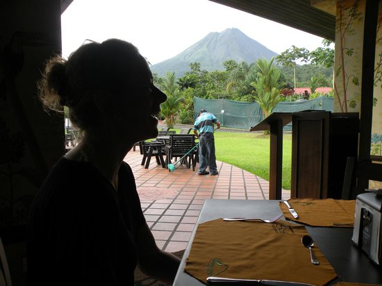 Volcano Lodge & Springs : Arenal volcano view from the restaurant