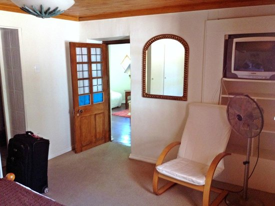 Brenwin Guest House: Entry to bedroom