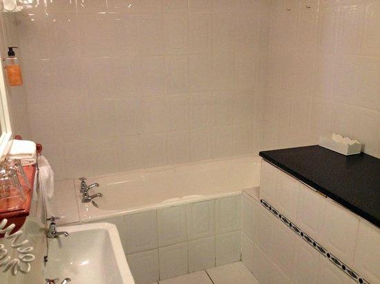 Brenwin Guest House : Bathroom tub
