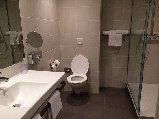 Mercure Dinan Port : Big nice and really clean bathroom