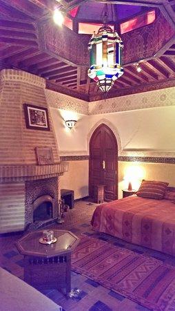 Riad Dar Al Kounouz: master bedroom