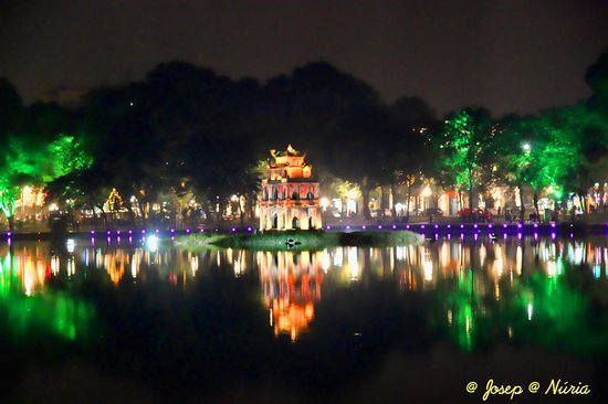 Lake of the Restored Sword (Hoan Kiem Lake): Vista nocturna del Lago de la Espada Devuelta (Hoan Kiem Lake)