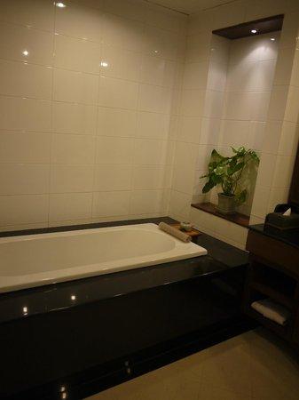 Dheva Mantra Resort: Bath tub