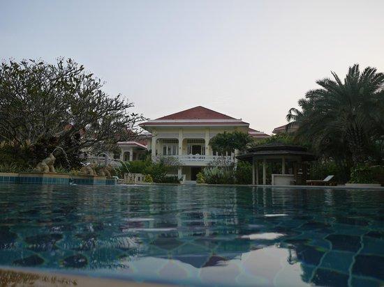 Dheva Mantra Resort: Pool looking towards main building