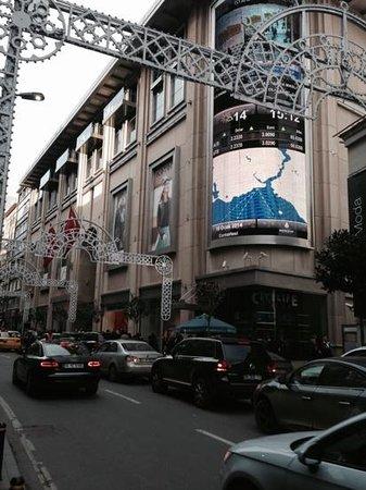 The Sofa Hotel : mall em frente ao hotel