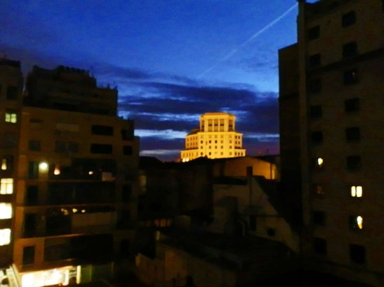 Onix Rambla Hotel : Вид во двор вечером