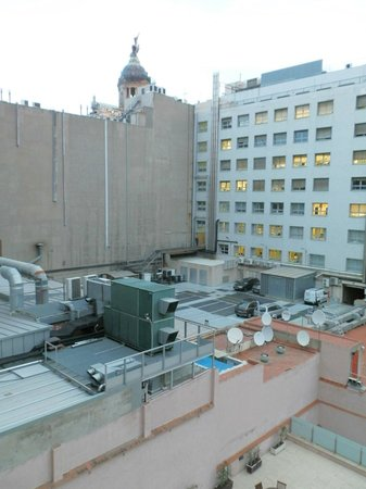 Onix Rambla Hotel : Вид из окна во двор - видны шумящие ночью кондиционеры