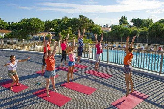 Camping Campeole La Redoute : Animation sur la terrasse au dessus de la piscine