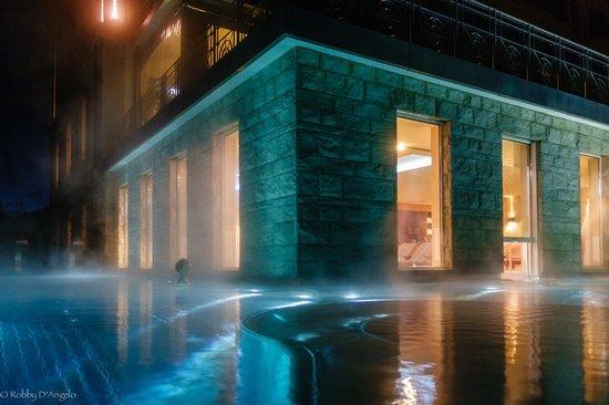 Hotel Villa Honegg: La piscina esterna di notte