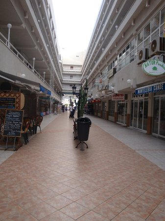 Vigilia Park: The shopping center in the middle of the hotel
