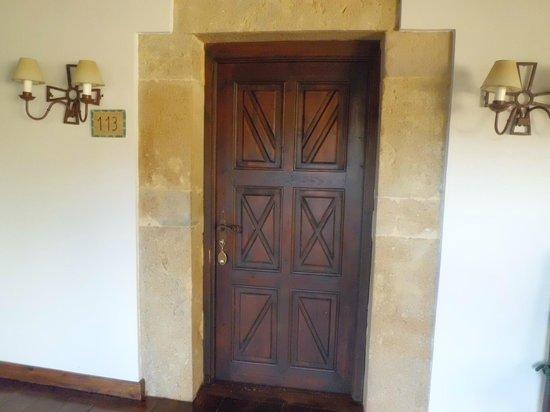 Parador de Cangas de Onís: Puerta entrada habitación 113