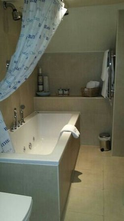 Boscundle Manor Hotel Restaurant and Spa : Louisa Bathroom with spa bath!!