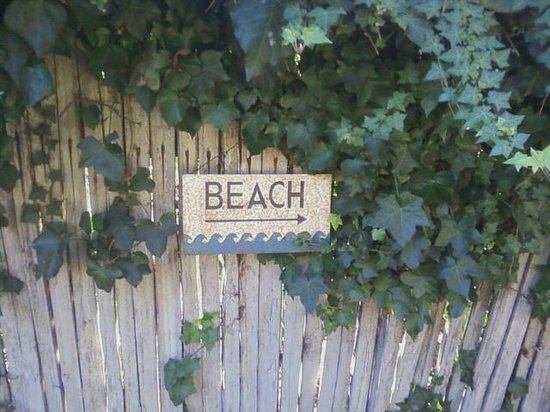 Edgemere Cottages: The way to the beach....