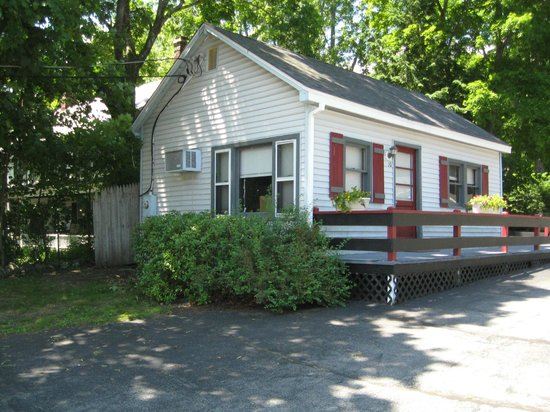 Colonial Court Motel: Cottage #10 Two bedrooms.  One with a full size bed. The other with a twin bed.  Full kitchen.