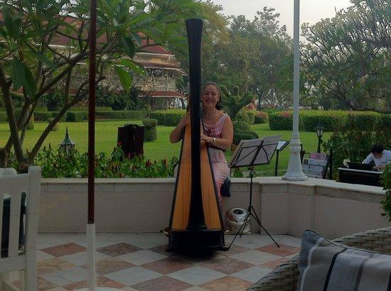 Centara Grand Beach Resort & Villas Hua Hin : Harvespiel zum Frühstück