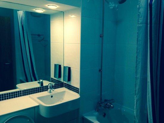 Premier Inn London Ealing Hotel: bathroom