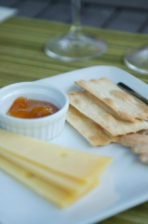 Frog's Leap Winery: cheese and crackers with wine
