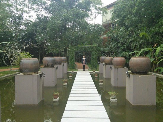 Pilgrimage Village: Path leading to the spa