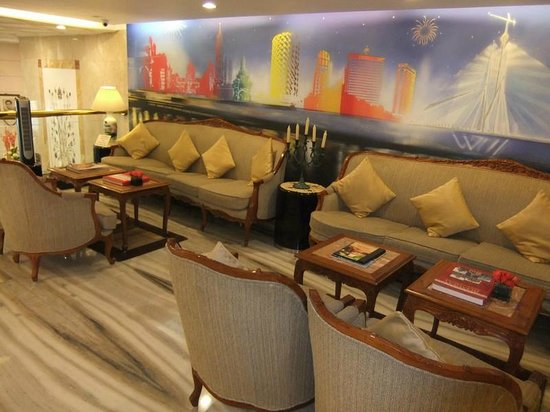 Residency Hotel: The sitting area between the lobby and the breakfast area