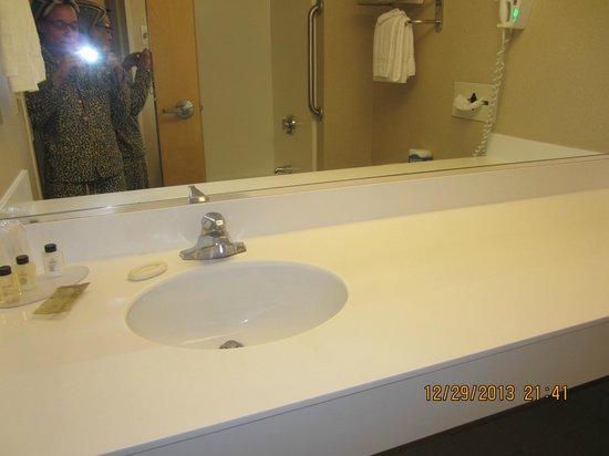 Atlantic Beach Hotel: clean bathroom
