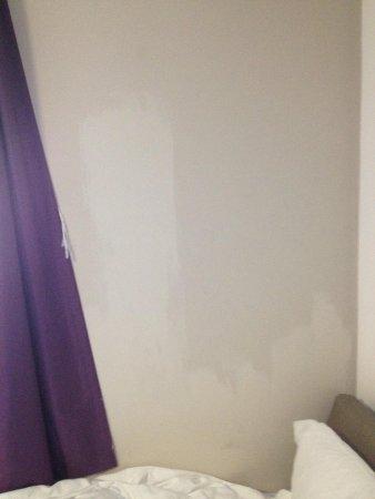 Premier Inn Chessington Hotel: Unfinished paint work