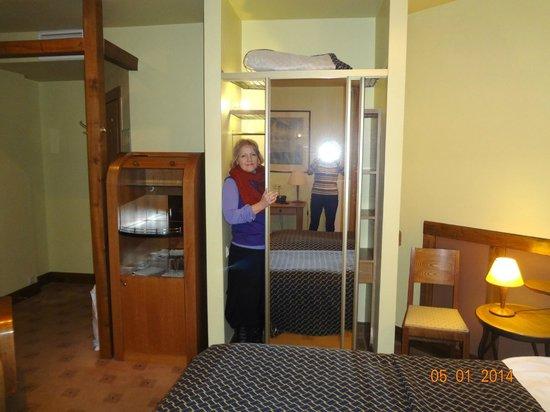 Best Western Santakos Hotel: взгляд из шкафа