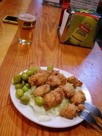 Restaurante Ladrillo II: Tapa de cazón y aceitunas para 2.