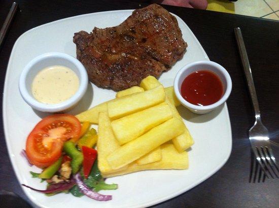 Le Bon Bon: Steak dinner with home made chips